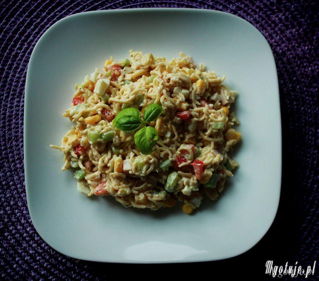 Sałatka z makaronu z zupek chińskich