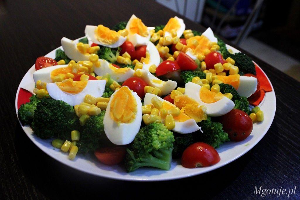 Salatka Z Brokulem Jajkiem I Pomidorem Mgotuje