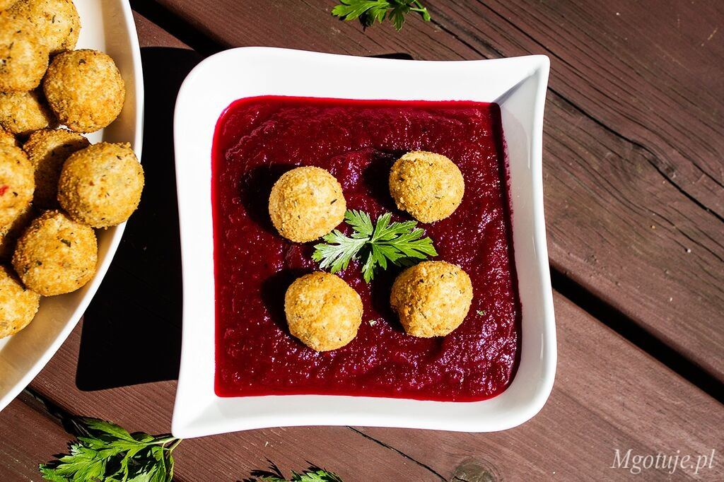 Zupa krem z buraka z chrupiącymi kulkami serowo ? makaronowymi