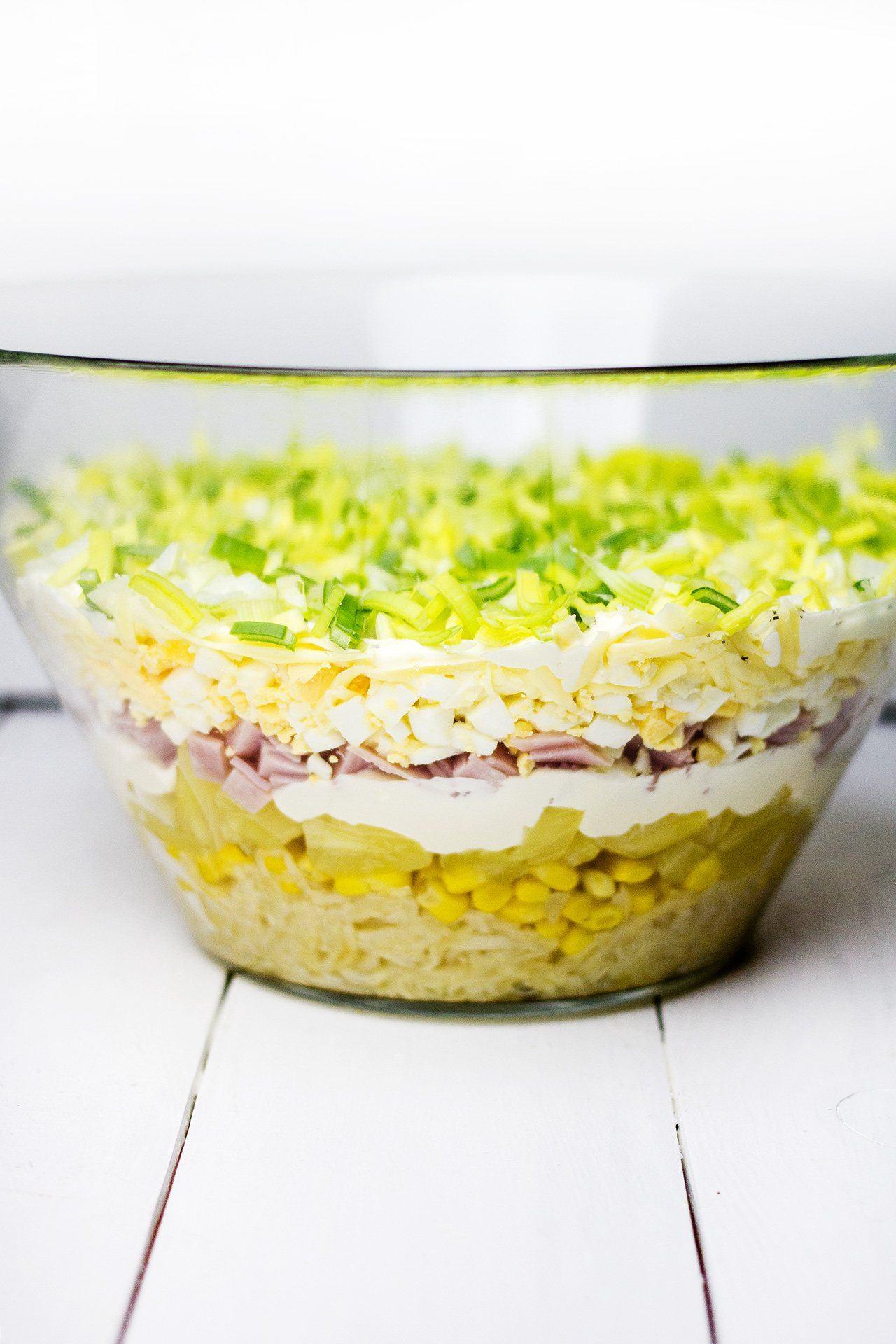 Warstwowa Salatka Z Ananasem I Szynka Mgotuje