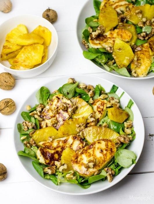 Sałatka z grillowanym serem halloumi i ananasem