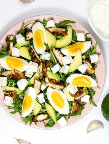 Zielona sałatka z awokado, jajkiem i kurczakiem