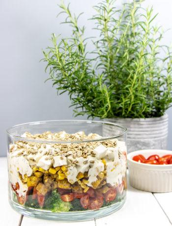 Warstwowa sałatka zkurczakiem, fetą ibrokułami