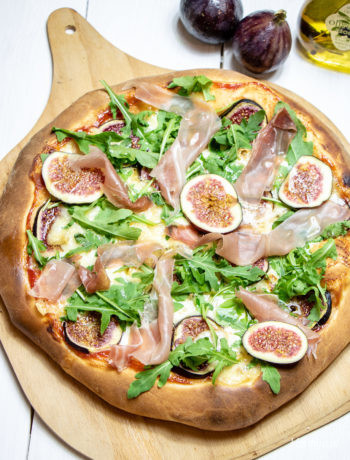 Pizza zserem pleśniowym, figami iszynką szwarcwaldzką